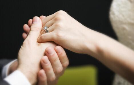 结婚戒指怎么戴_女性结婚戒指戴哪只手_女人结婚戒指戴那只手